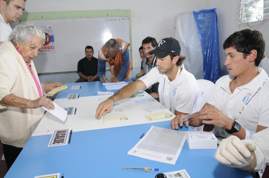 Jason Hess (vocal) y Juan Ignacio Maegli (secretario) estuvieron en una mesa en la zona 11 participando en las elecciones. (Foto: Orlando Chile/Nuestro Diario)