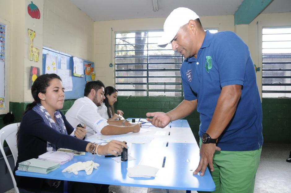 """Juan Carlos el """"Pin"""" Plata votó en la zona 5. (Foto: Orlando Chile/Nuestro Diario)"""