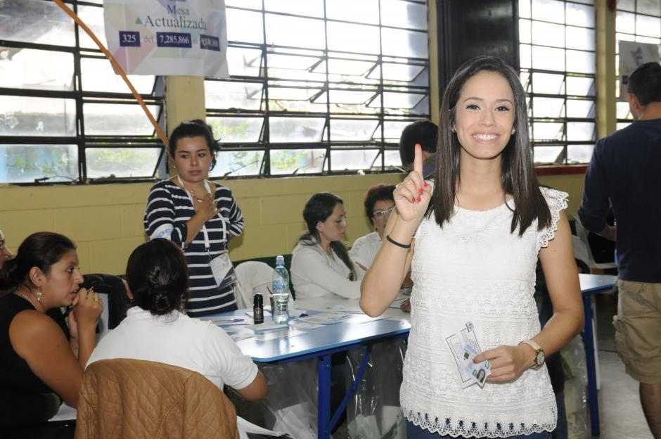 La taekwondista Elizabeth Zamora muestra su dedo después de votar. (Foto: Orlando Chile/Nuestro Diario)