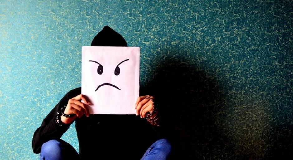 Algunas publicaciones en nuestros muros pueden ofender a nuestros contactos. (Foto; psicologiaymente.net)