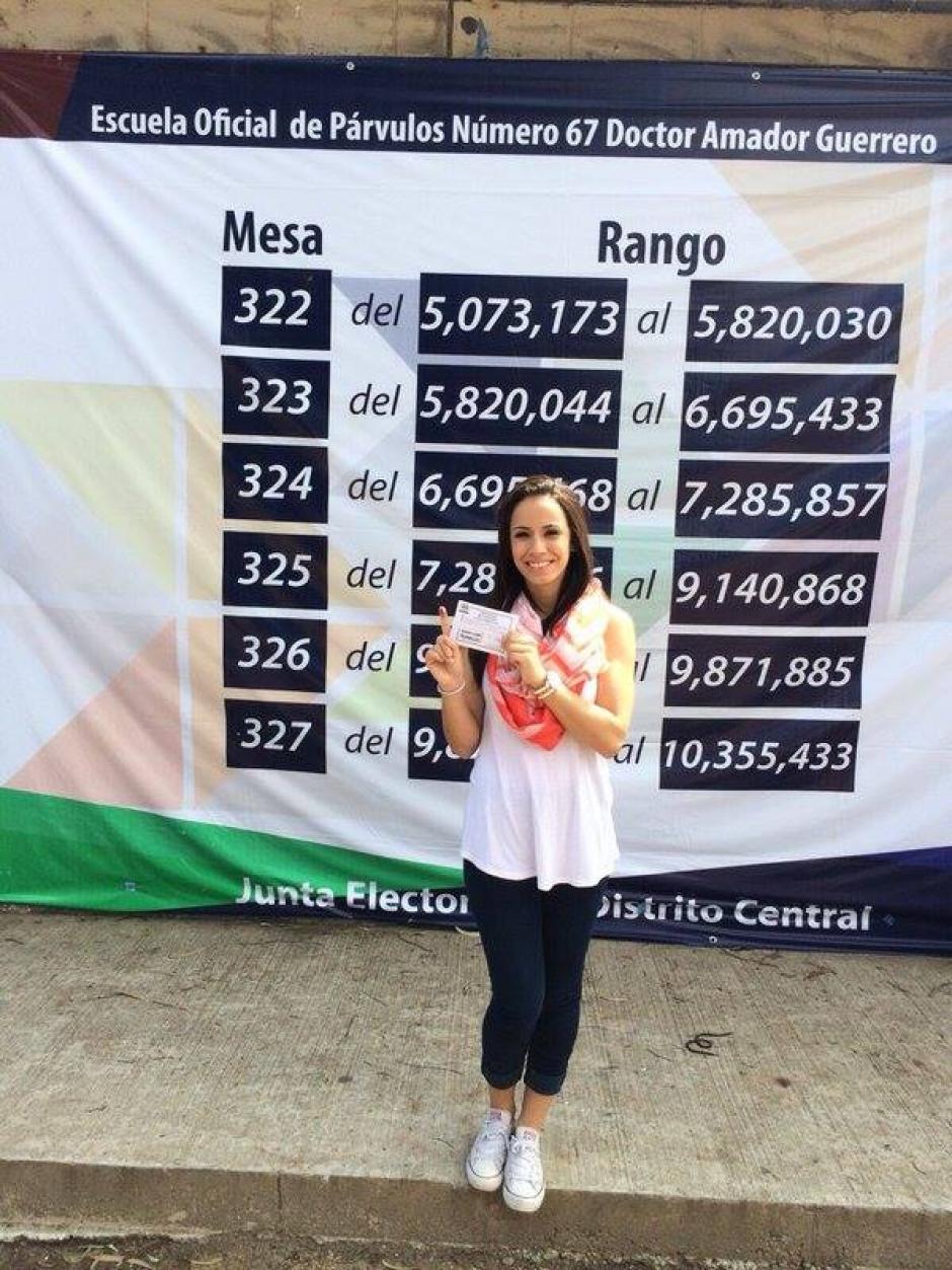 La atleta olímpica, taekwondista Elizabeth Zamora, votó en la zona 5. (Foto: Cortesía/Soy502)