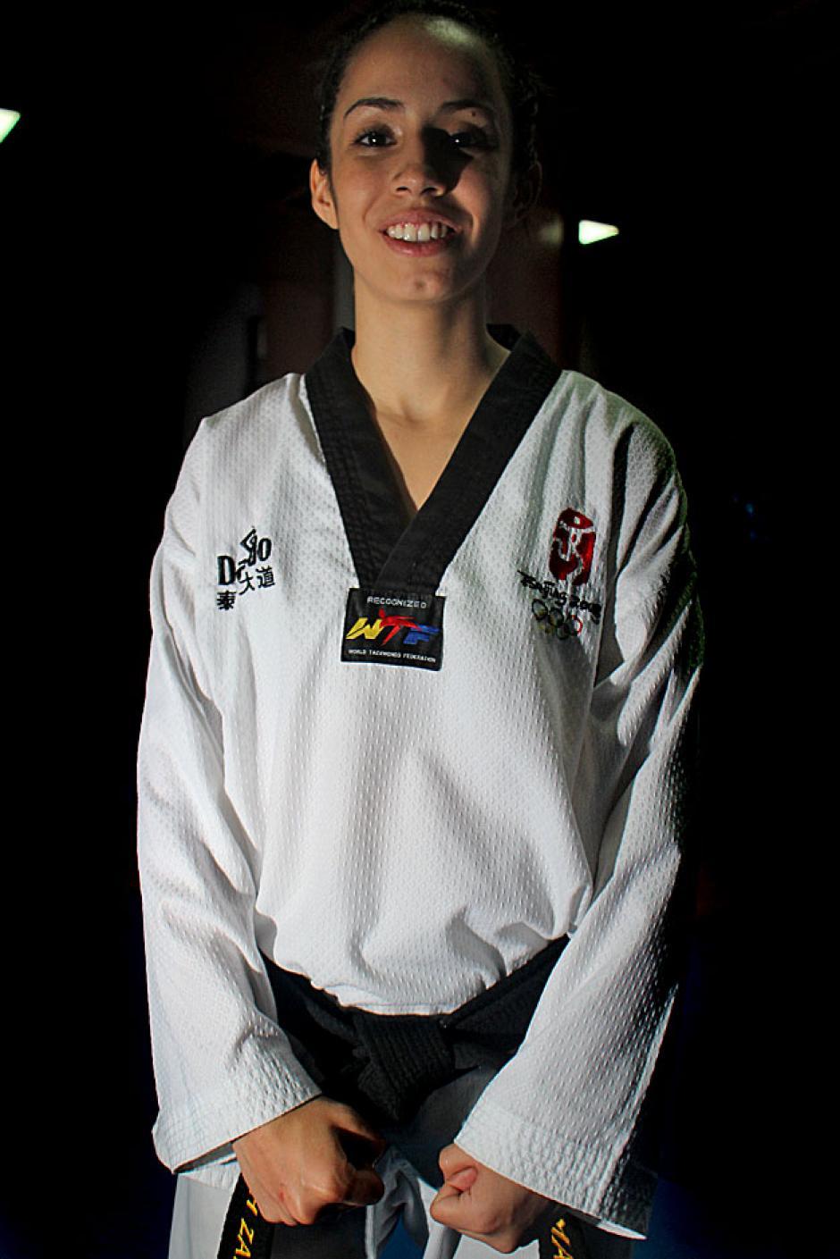 Su estatura es 1.58 metros y pesa 107 libras, lo que le permite participar en la categoría de menos de 49 kilos en taekwondo.
