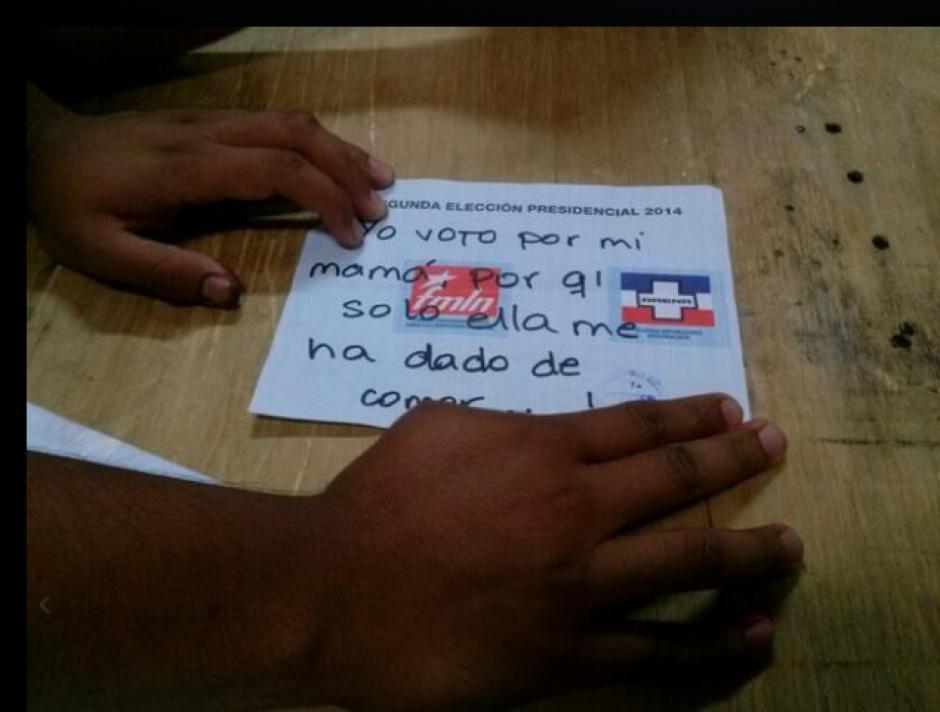 """""""Yo voto por mi mamá..."""" el mensaje de uno de los votos nulos. (Foto: El Mundo)"""