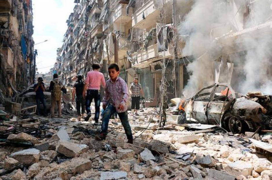 Cuando los socorristas trabajaron para rescatar a los heridos el pequeño Omran fue el primer sobreviviente. (Foto: elpais.com)