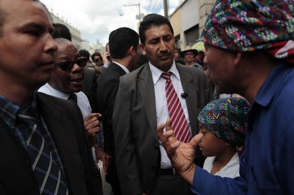 Antes de retirarlo del lugar el embajador conversó con asistentes a la protesta. (Foto: EFE)