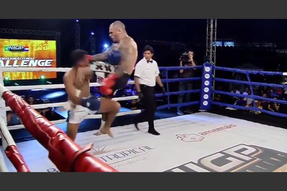 Desde otro ángulo el golpe que termina el combate de kickboxing. (Foto: Captura de video)