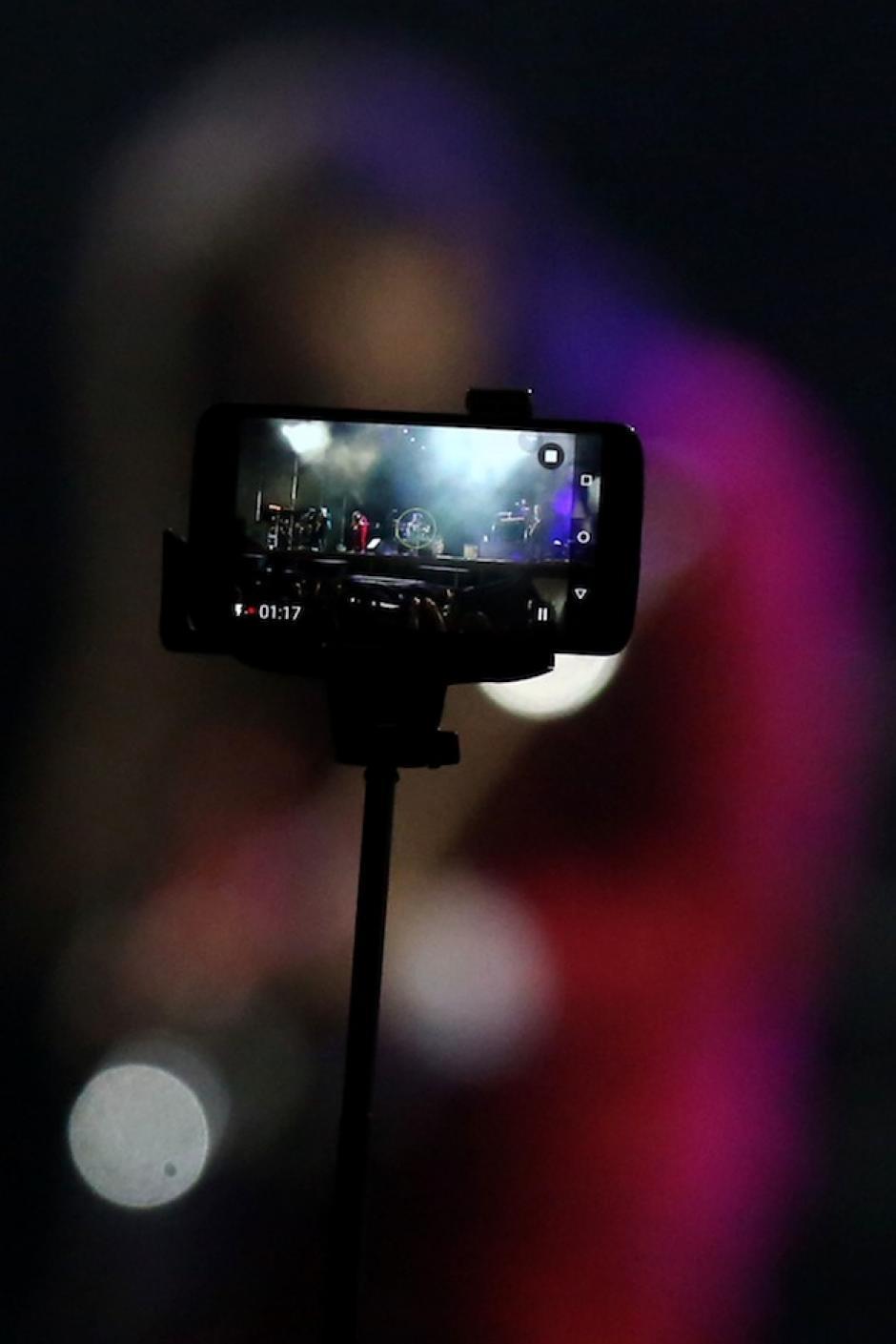 Fanáticos usaron la tecnología para grabar el momento. (Foto: Esteban Biba/EFE)
