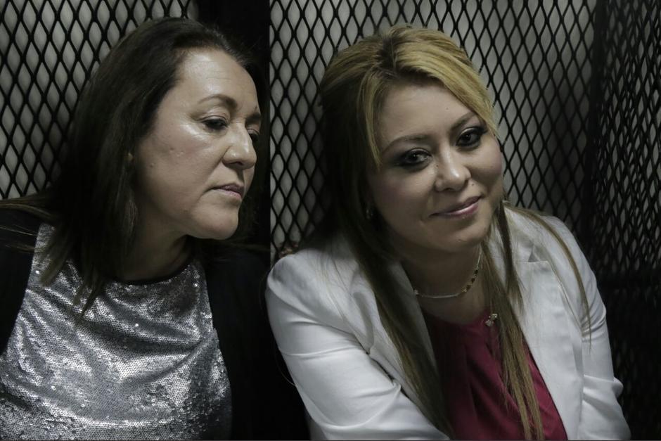 Emilenne Mazariegos y su madre se encuentran en tribunales para la audiencia de primera declaración, (Foto: Alejandro Balán/Soy502)