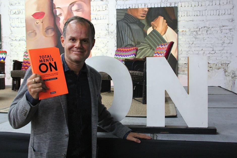 """Emilio Méndez realizó su primer libro """"Totalemente On"""", que narra las historias de éxito y fracaso detrás del movimiento de moda """"Saúl E. Méndez"""". (Foto: Luis Barrios/Soy502)"""