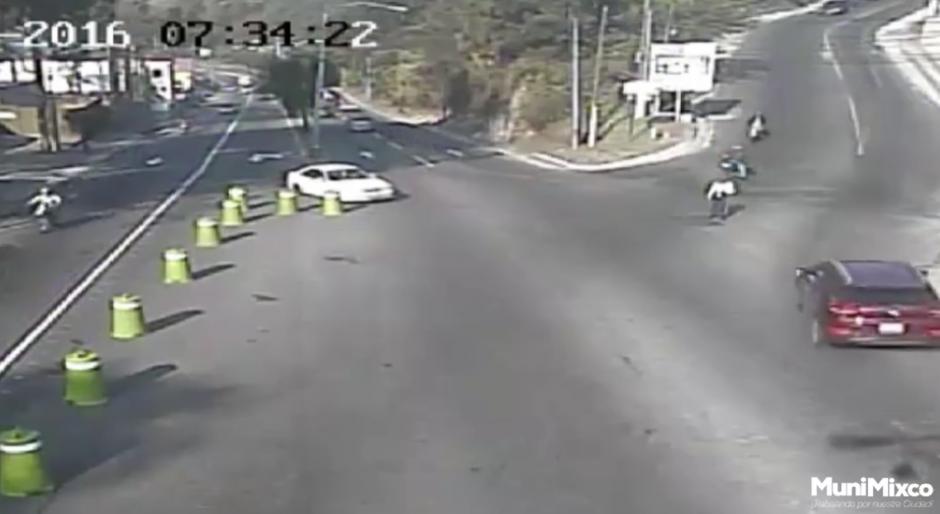 Un par de motociclistas esperan en una intersección para seguir su camino. (Foto: Tránsito Mixco/Facebook)