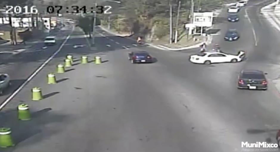 El conductor impacta la motocicleta del agente de la PMT. (Foto: Tránsito Mixco/Facebook)