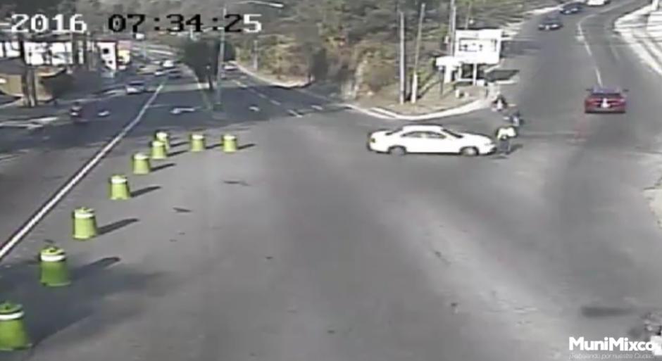 El accidente fue grabado por las cámaras de seguridad instaladas en el sector de la Villa Deportiva de San Cristóbal. (Foto: Tránsito Mixco/Facebook)