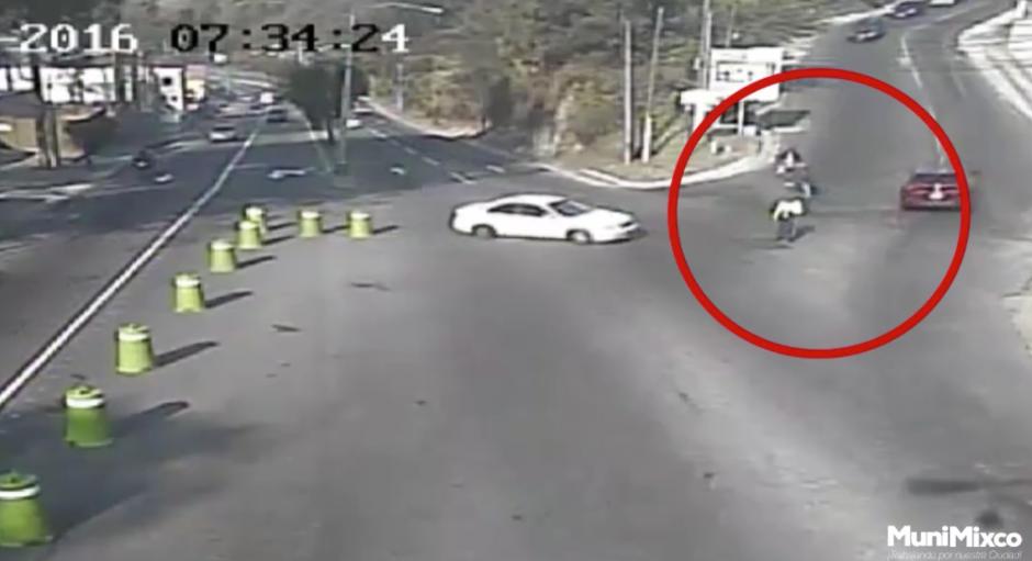 Un conductor atropella a un agente de la PMT de Mixco. (Foto: Tránsito Mixco/Facebook)