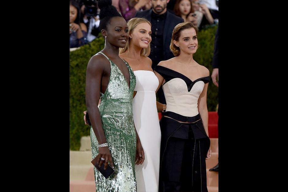 La actriz lució un pantalón con falda larga y corpiño creado por Calvin Klein. (Foto: AFP)