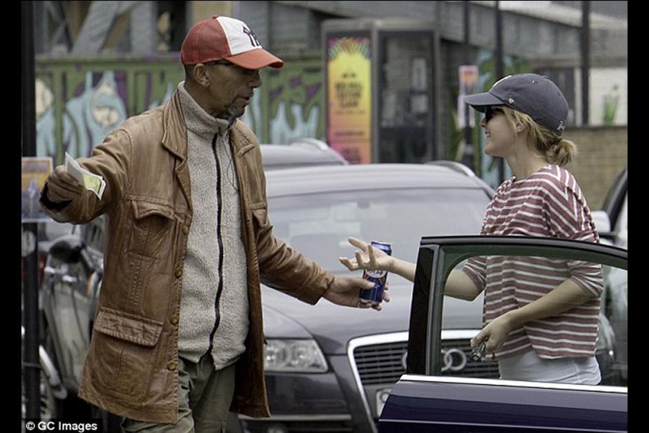 El hombre hacía como que se llevaba la multa de la actriz. (Foto: GC Images)