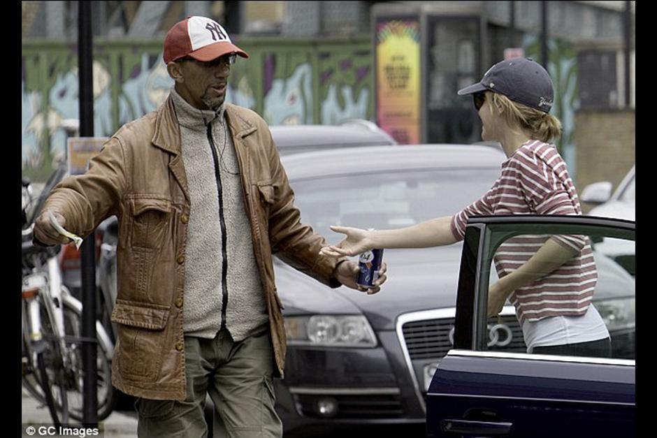 El hombre, que llevaba una cerveza en la mano, decidió quitar la multa del carro y molestar a Emma. (Foto: GC Images)
