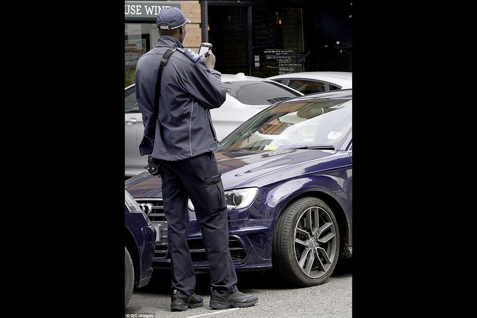 Mientras bajaba hacer unas compras un agente de tránsito tomó fotos de su vehículo y la multó. (Foto: GC Images)