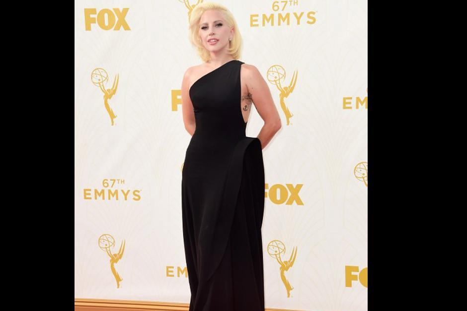 Lady Gaga llegó con un discreto vestido Negro a la gala de los Emmy 2015. (Foto: AFP)
