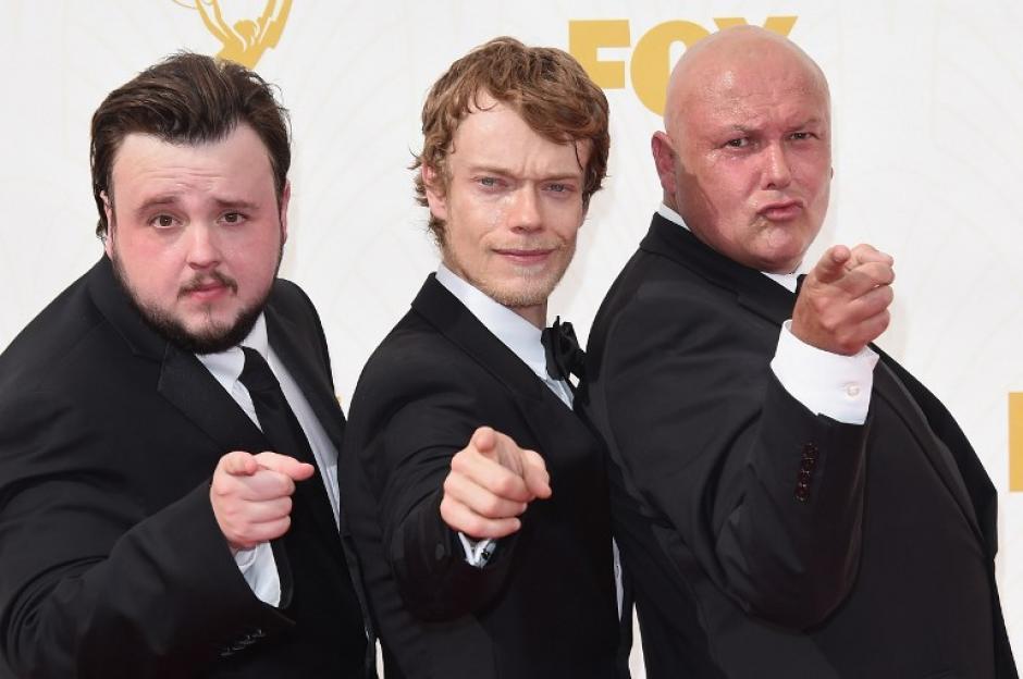 John Bradley-West, Alfie Allen y Conleth Hill de Game of Thrones en la alfombra roja de los premios Emmy 2015. (Foto: AFP)