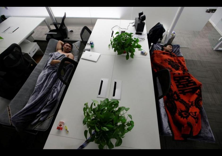 Han Liqun de Renren crédito Management Co., duerme junto al ingeniero Xiang Siyang en camas de campaña. (Foto: El Comercio)
