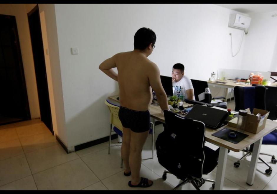 Zhang Huichao, un programador en N-Wei Technology Company Limited, conversa con su colega Yan Xiaolong antes de irse a dormir. (Foto: El Comercio)
