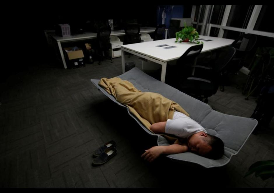 Una cama plegable resulta confortante para Ma Zhen Guo, un ingeniero de sistemas en Renren crédito Management Co. (Foto: El Comercio)