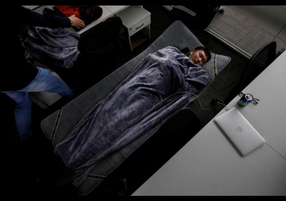 Han Liqun, gerente de Recursos Humanos de Renren crédito Management Co., duerme en una cama plegable en la oficina. (Foto: El Comercio)