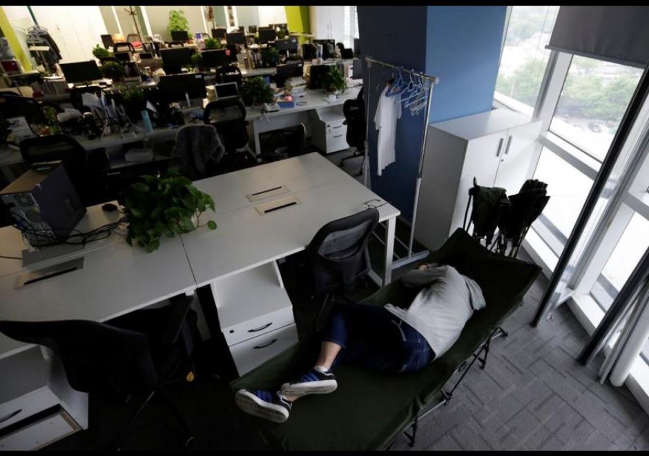 Kou Meng, director de producto de crédito Renren Management Co., también duerme en la oficina. (Foto: El Comercio)