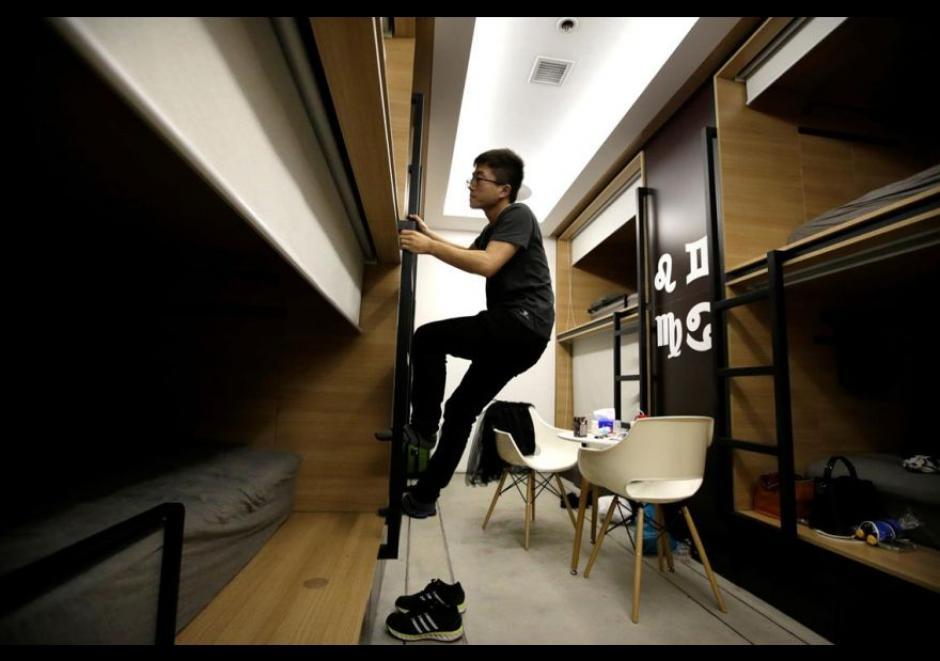 Du Xianchang, un ingeniero de la empresa Baishan Nube, sube a la cama en un cuarto individual para dormir en la oficina después de terminar el trabajo a media noche. (Foto: El Comercio)