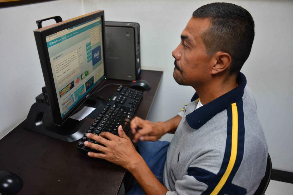 Manuel Mayen estuvo 30 años en Estados Unidos y acaba de conseguir trabajo en un call center. (Foto: Jesús Alfonso/Soy502)