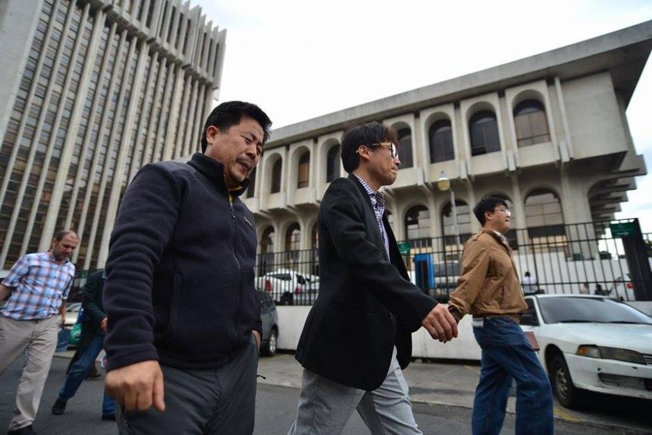 Los empresarios asiáticos al momento de salir de Torre de Tribunales. (Foto: Wilder López/Soy502)