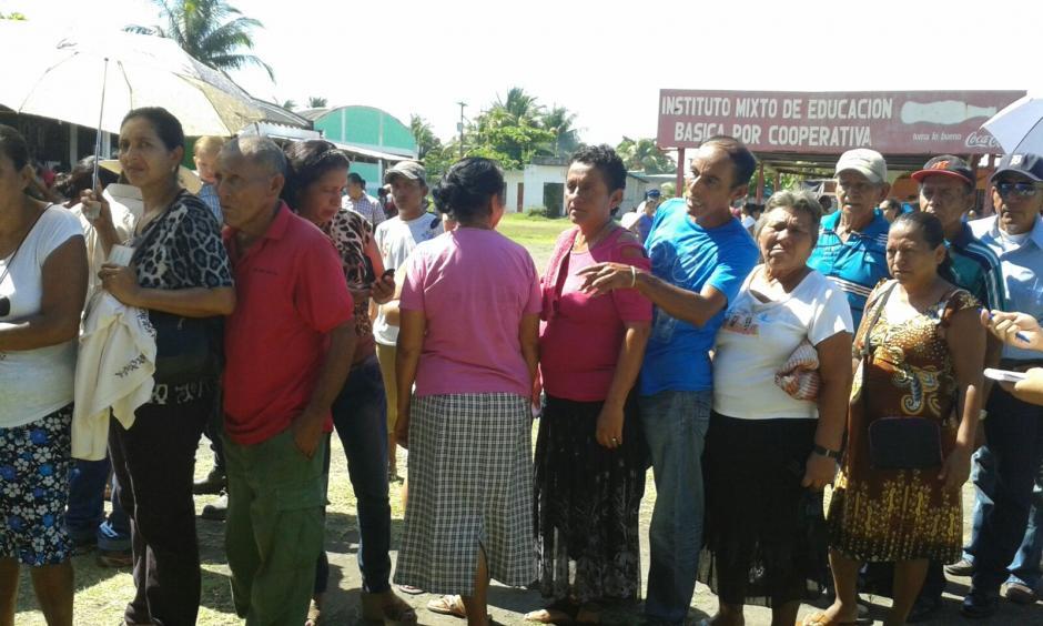 En el Puerto de San José, Escuintla, los ciudadanos también se acercaron de foma masiva a los centros de votación a pesar del intenso sol. (Foto: Lucrecia Gerónimo/Nuestro Diario)