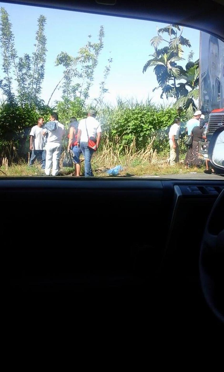 En Escuintla, simpatizantes de un partido político despojan de su DPI a votantes que asumen, son de otros municipios (Foto: Usuario Soy502)