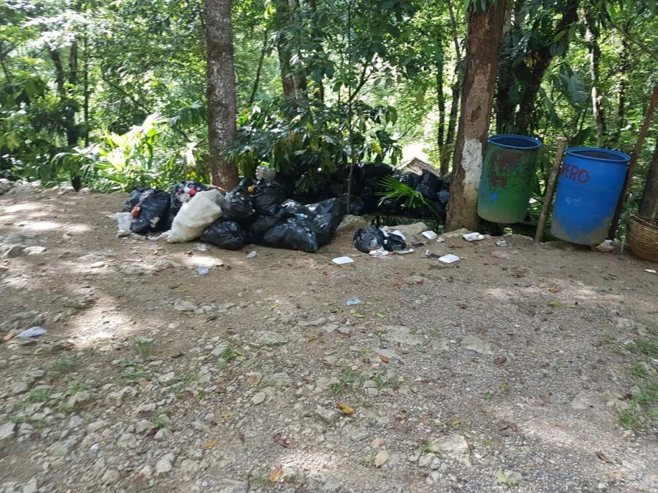 Otras bolsas de basura en Semuc Champey. (Foto: Conap)