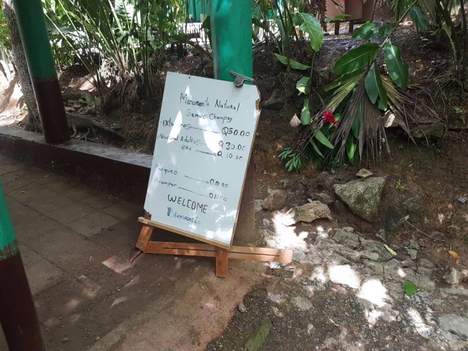 Con este rótulo se evidencian los cobros que se hacían a los turistas nacionales y extranjeros. (Foto: Conap)
