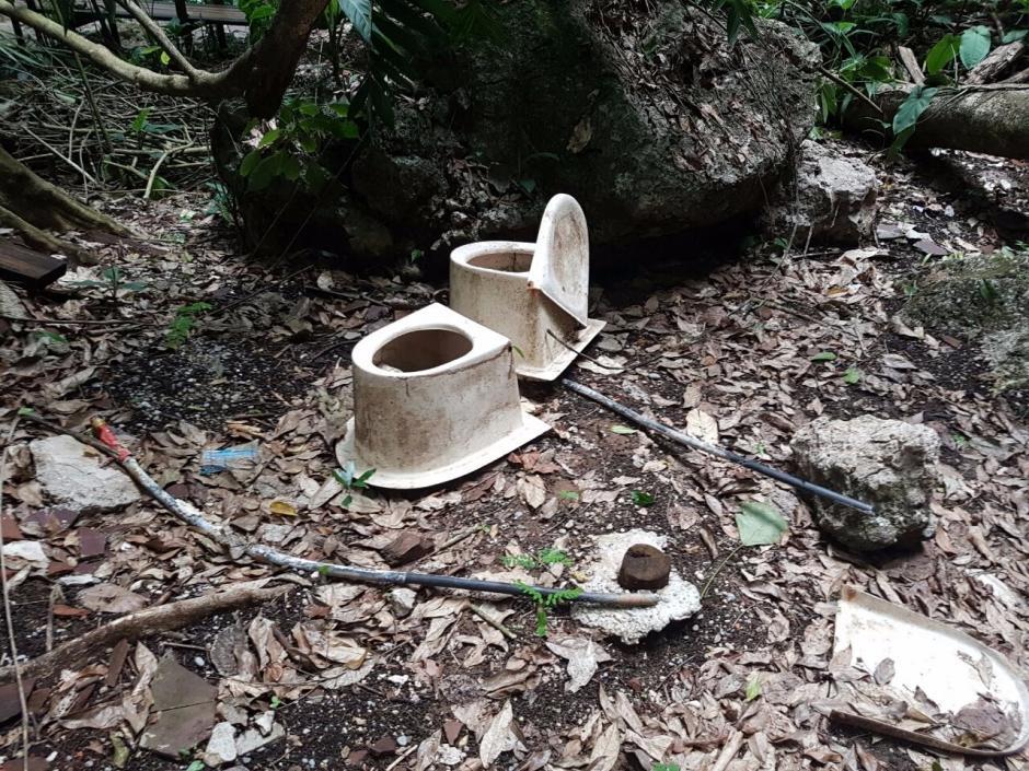 También hay unas tazas de baño desprendidas dentro de las instalaciones. (Foto: Conap)