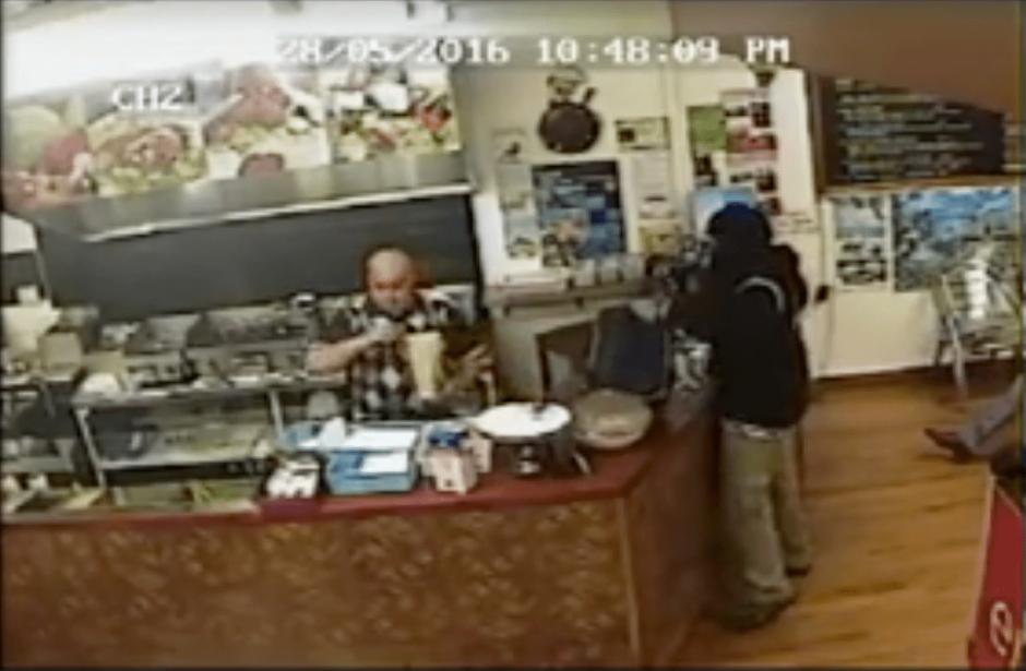 A pesar de las amenazas, el trabajador continuó como si nada estuviera ocurriendo. (Foto: captura de video de YouTube)