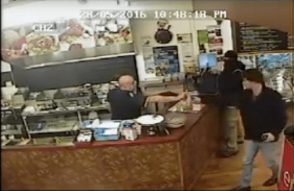 El empleado incluso llamó a un cliente para entregarle su pedido. (Foto: captura de video de YouTube)