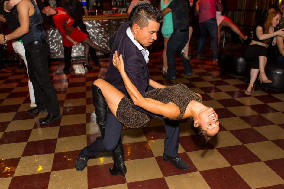 La rumba cubana envuelve a los bailarines en la magia de sus rigurosos pasos. (Foto: Encyclopedia)