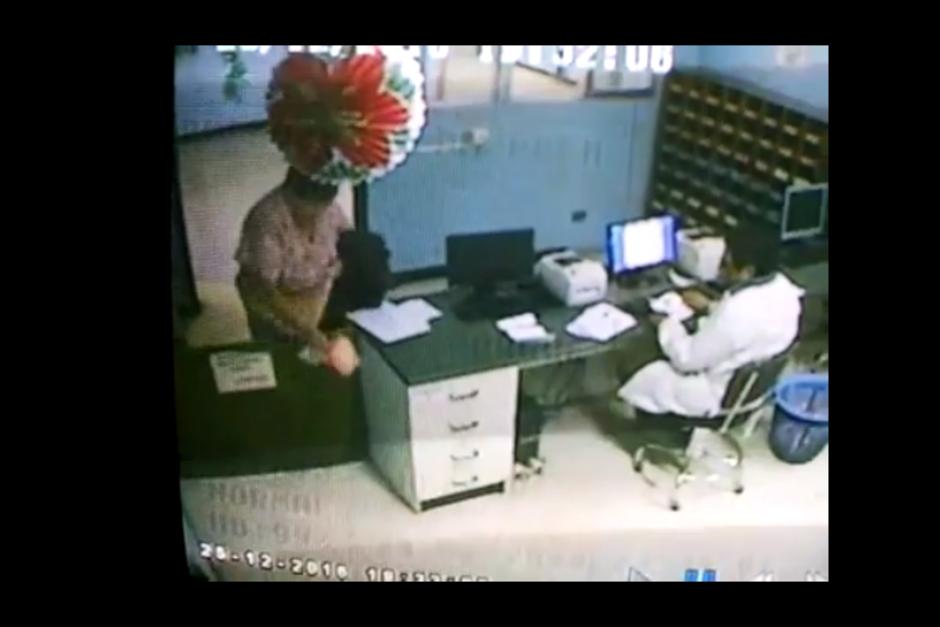 En un video se observa cuando la enfermera lanza los insumos robados al ser descubierta. (Foto: Captura de pantalla)
