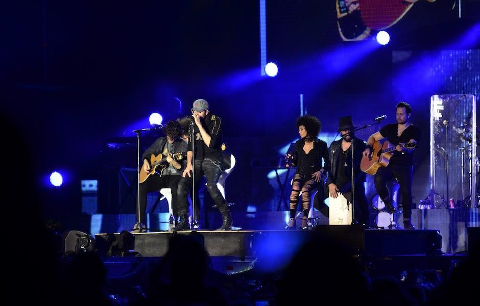 Iglesias baila acompañado de sus músicos. (Foto: Selene Mejía/Soy502)