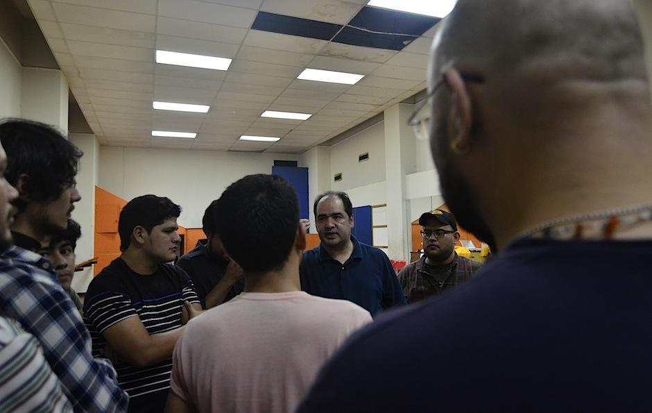 Los actores reciben instrucciones en el ensayo. (Foto: Selene Mejía/Soy502)