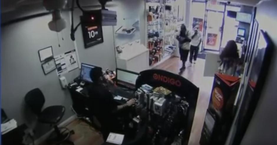 Dos hombres entran con la cara cubierta a una tienda. (Captura de pantalla: Dev Null/YouTube)