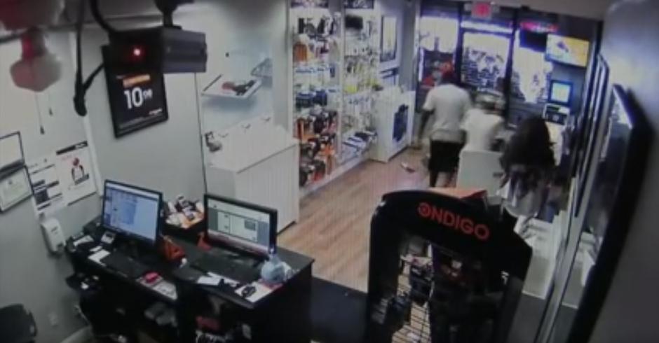 Afuera se encuentra un grupo de gente que se burla de los delincuentes. (Captura de pantalla: Dev Null/YouTube)