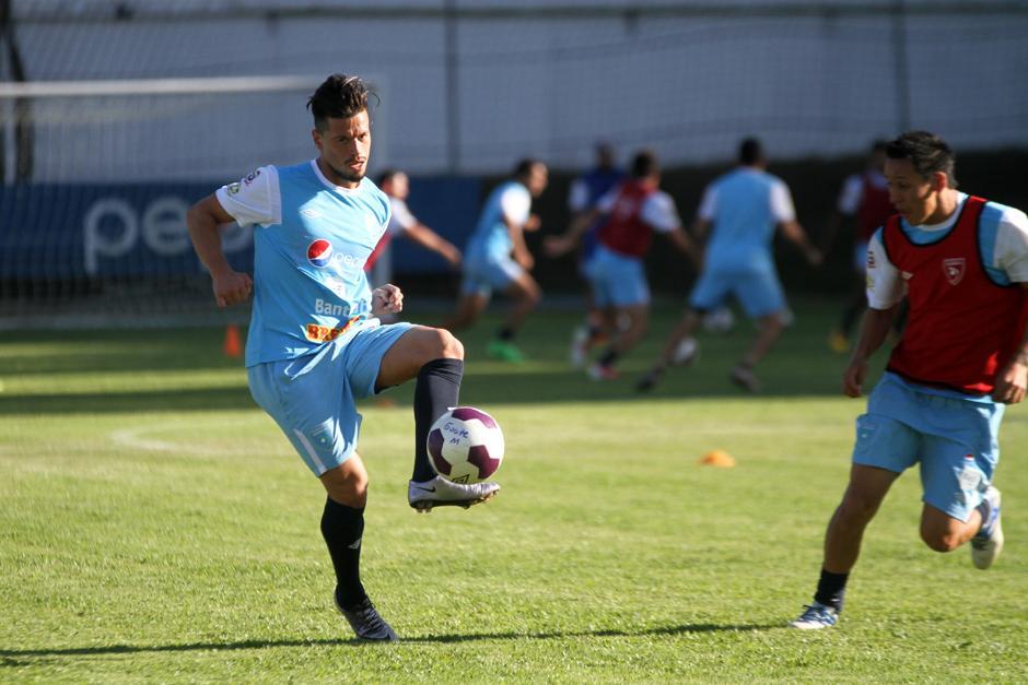 Stefano Cintotta domina el balón en el trabajo de la Sele. (Foto: Luis Barrios/Soy502)