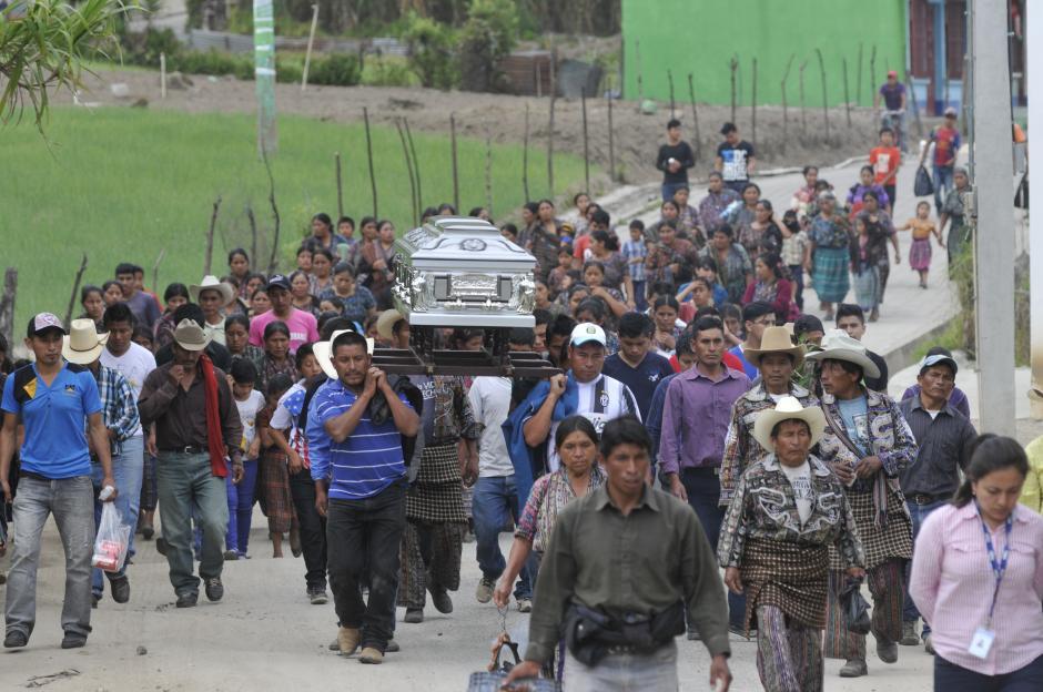 Otro grupo partió desde otro sitio en Concepción, Sololá, para enterrar a las víctimas. (Foto: Alan Lima/Soy502)