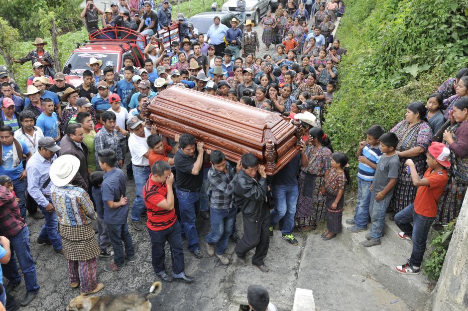 Los familiares enterraron a las víctimas este lunes en Sololá. (Foto: Alan Lima/Nuestro Diario)