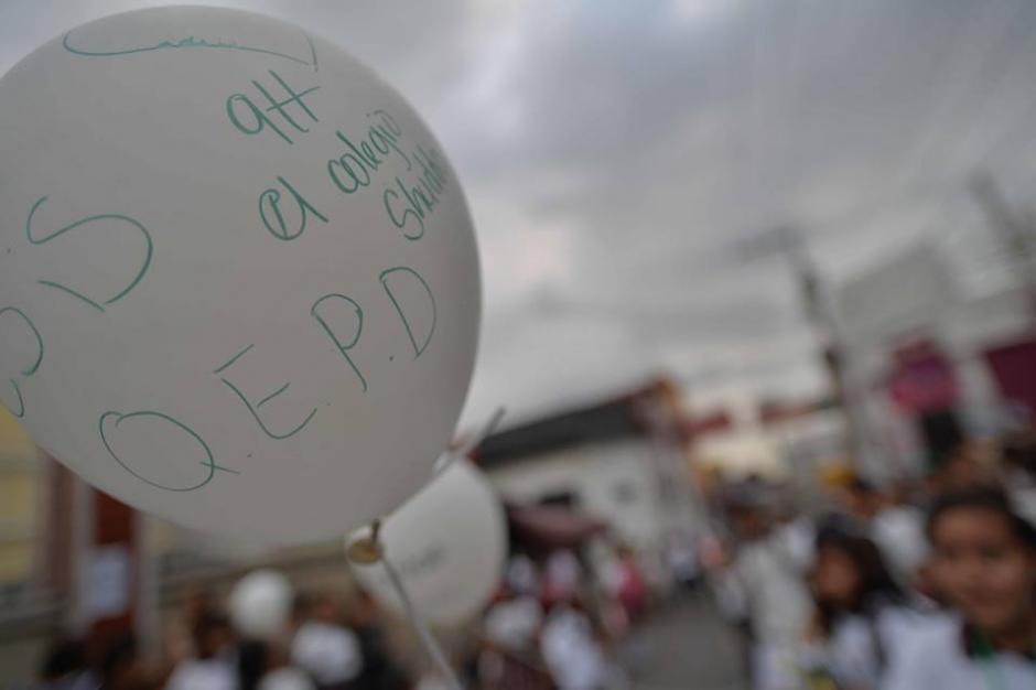 Globos blancos con mensajes al maestro eran parte del cortejo fúnebre.  (Foto: Wilder López/Soy502)