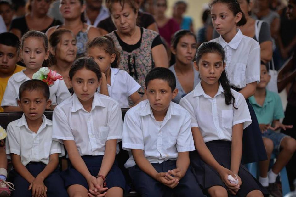 Los alumnos de Gustavo Arrecis dieron el último adiós a su maestro. (Foto: Wilder López/Soy502)