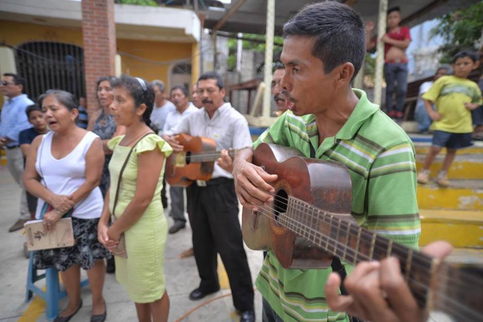Con muestras de afecto fue despedido el cuerpo del maestro asesinado.  (Foto: Wilder López/Soy502)